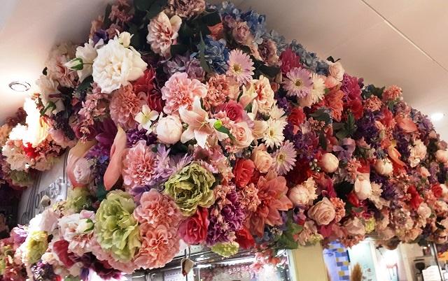 Angolo-di-una-vetrina-decorata-con-fiori-di-stoffa